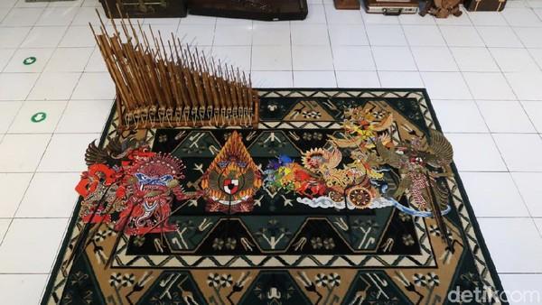 Wayang berbentuk Garuda juga dikoleksi di rumah tersebut.