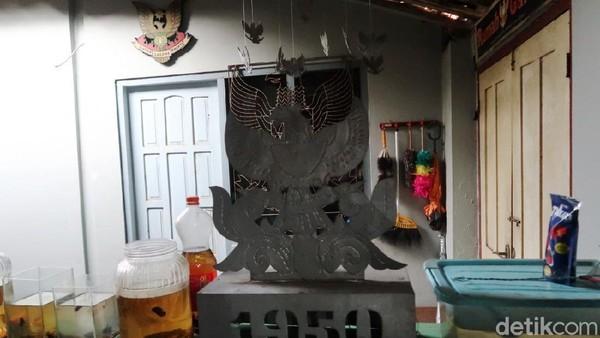 Lambang Garuda yang dikoleksi ini memiliki beragam bentuk dan ukuran.