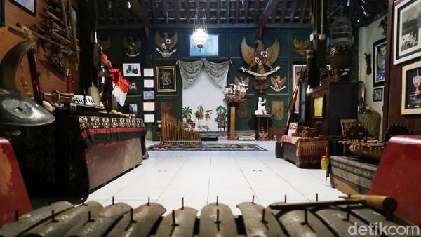Tak hanya itu, panel di dalam Rumah Garuda juga membahas siapa saja yang berperan di dalam pembentukan lambang Negara Indonesia.