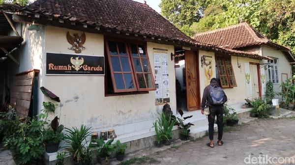 Rumah Garuda berlokasi di Pedukuhan Sumber Batikan RT.3 RW.37, Kalurahan Trirenggo, Kapanewon Bantul, Kabupaten Bantul.