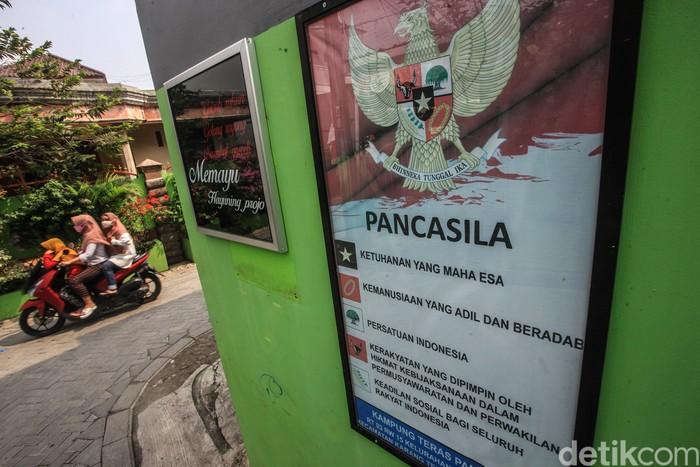 Mural persatuan-keberagaman Indonesia hiasi Kampung Pancasila yang berada di Tangerang. Mural itu jadi sarana tanamkan nilai-nilai Pancasila dalam masyarakat.