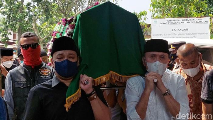 Jenazah Ibunda Ketua Umum PSSI M Iriawan, Laila Solihaty di makamkan di TPU Sirnaraga, Kota Bandung. Suasana haru iringi prosesi pemakaman.