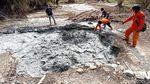Penampakan Semburan Lumpur Berbau Belerang yang Muncul di Cirebon