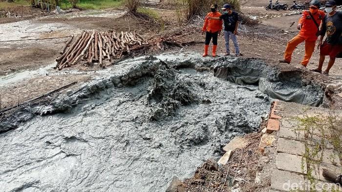 Semburan lumpur muncul di Desa Cipanas, Cirebon, Jawa Barat. Kemunculan semburan lumpur itu merupakan ketiga kalinya di Desa Cipanas. Berikut penampakannya.