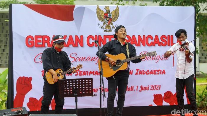 Sejumlah anak jalanan bersama Gerakan Cinta Pancasila menggelar acara untuk memperingati hari lahirnya Pancasila, Jakarta, Selasa (1/6/2021). Kegiatan untuk memperingati hari lahirnya Pancasila tersebut diisi dengan kegiatan menyanyi, membaca puisi serta melukis.