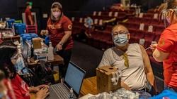 Program vaksinasi COVID-19 nasional terus digencarkan di Filipina. Sejumlah area publik pun dialihfungsi jadi lokasi vaksinasi, salah satunya bioskop di Manila.