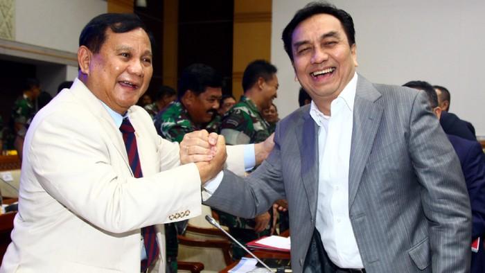 Prabowo berjabat tangan dengan Effendi Simbolon di rapat Komisi I DPR, 20 Februari 2020.