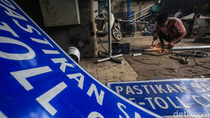 Perajin menyelesaikan pembuatan daun rambu lalu lintas untuk marka jalan termasuk jalan tol di Jl Ciater Baru, Tangerang Selatan, Banten, Selasa (1/6/2021). Dibukanya sejumlah tol baru berdampak pada banjirnya pesanan sarana perlengkapan rambu lalu lintas yang dijual dari harga Rp1,2 juta hingga belasan juta rupiah tergantung besar ukuran rambu.