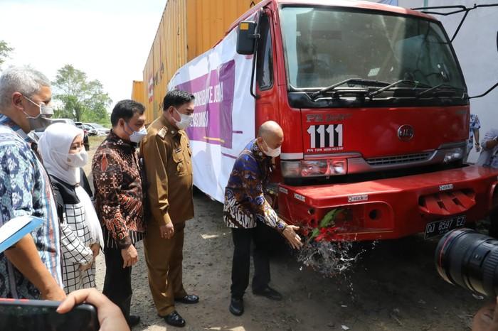 Indonesia mengekspor briket tempurung kelapa ke Arab Saudi dan Yordania dari Makassar, Sulawesi Selatan, Senin (31/5). Adapun ekspor sebanyak tiga kontainer dari CV Coconut Internasional Indonesia tersebut bernilai US$ 35.000 per kontainer.