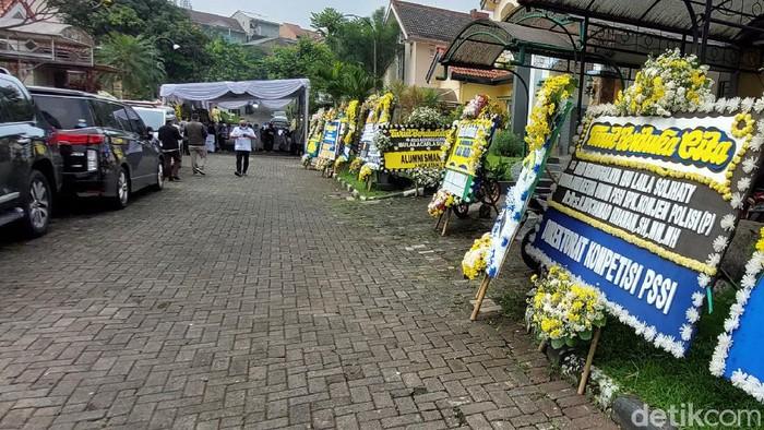 Sejumlah karangan bunga duka cita di rumah duka Ibunda Ketum PSSI M Iriawan