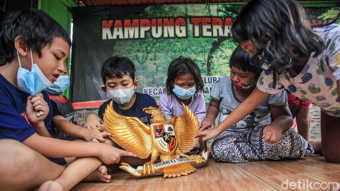 Beragam kegiatan digelar di Kampung Teras Pancasila guna peringati Hari Lahir Pancasila. Salah satunya mensosialisasikan nilai-nilai Pancasila pada anak-anak.