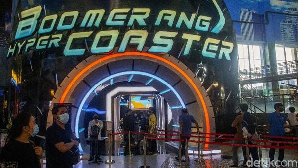 Wahana permainan Boomerang Hyper Coaster curi atensi pengunjung Trans Studio Cibubur. Wahana permainan ini cocok untuk pengunjung yang ingin pacu adrenalin.
