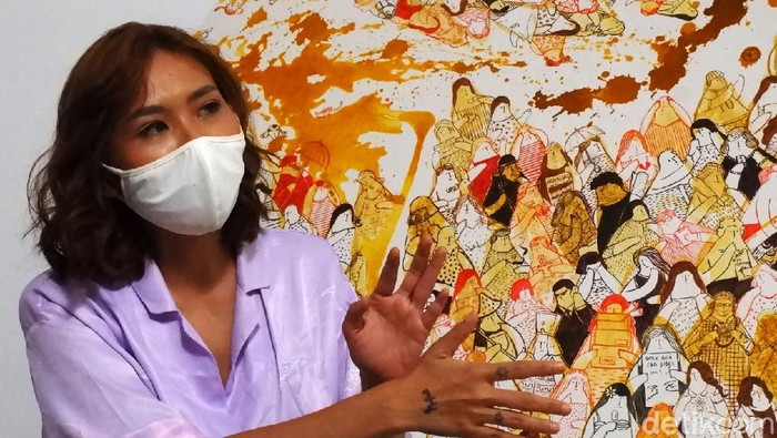 Umumnya seniman membuat lukisan dengan menggunakan cat minyak dan kuas. Namun, seniman di Bandung ini menggunakan bumbu rempah dan tradisional sebagai alat melukis, salah satunya menggunakan kunyit, bunga lawang, arang hingga urang-aring.