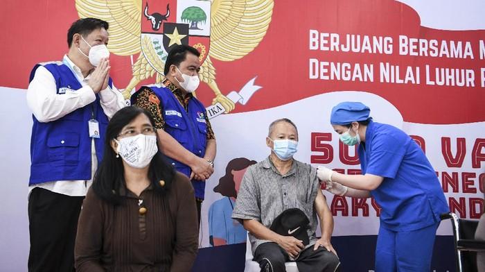 Plt Dirjen Pencegahan dan Pengendalian Penyakit Kemenkes Maxi Rein Rondonuwu (kedua kiri) dan Ketua Umum KILLCOVID19 Adharta Ongkosaputra (kanan) menyaksikan pra-lansia disuntik vaksin COVID-19 AstraZeneca di Rumah Sakit Ukrida, Jakarta, Selasa (1/6/2021). Memperingati Hari Lahir Pancasila Komunitas Indonesia Lawan Libas COVID-19 (KILLCOVID19) bekerja sama dengan Kemenkes, RS Ukrida dan RS Pertamina Bina Medika melaksanakan vaksinasi COVID-19 kepada 5000 warga pra-lansia, difabel, tuna wisma dan tokoh agama. ANTARA FOTO/Hafidz Mubarak A/aww.