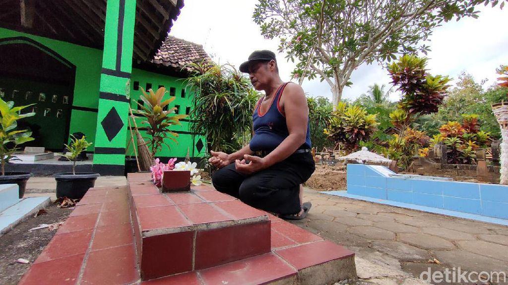 Lansia Ini 10 Tahun Tinggal di Makam Orang Tuanya