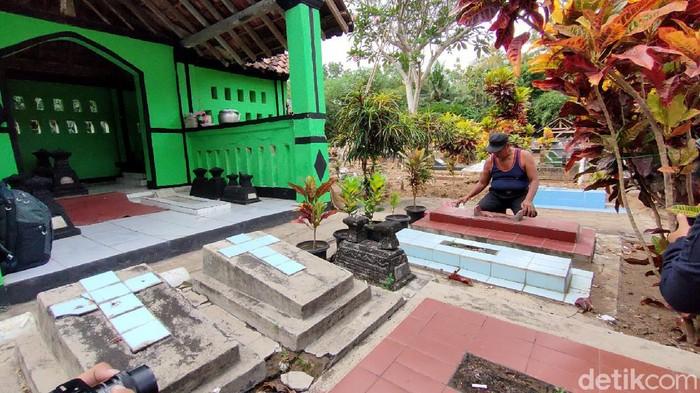Seorang pria lanjut usia (lansia) di Kulon Progo, Daerah Istimewa Yogyakarta (DIY) telah tinggal dan menetap di tengah area pemakaman umum selama 10 tahun terakhir. Waluyo (68) nama pria itu, mengaku menjalani aksi ini karena ingin menebus rasa bersalah terhadap mendiang orang tuanya.