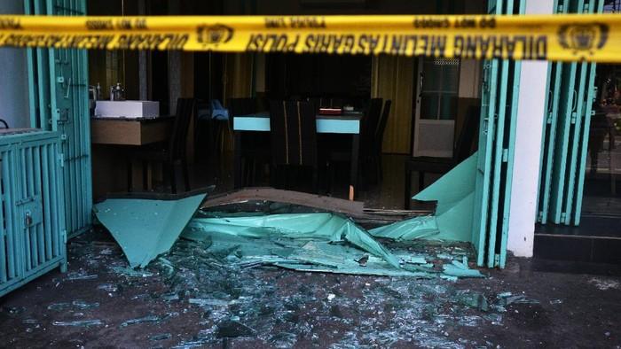 Ledakan terjadi di sebuah rumah makan yang berada di Makassar, Sulawesi Selatan. Selain merusak sejumlah ruangan, ledakan itu juga lukai lima orang karyawan.
