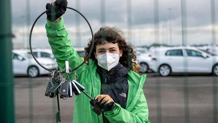 Aktivis Greenpeace Ambil Kunci Mobil VW yang Akan Diekspor Sebagai Bentuk Protes