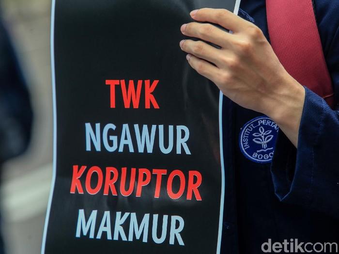 Tes wawasan kebangsaan (TWK) pegawai KPK terus mendapat sorotan. Kali ini sejumlah mahasiswa mendatangi gedung KPK mengkritik kebijakan TWK tersebut.