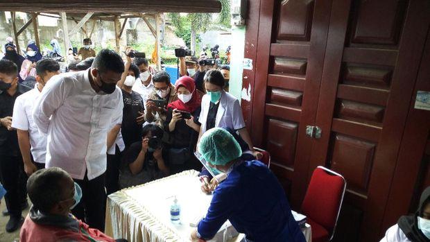 Wali Kota Medan Bobby Nasution mengecek kegiatan tes antigen warga di permukiman yang berdampingan dengan Lingkungan VII, Medan Johor, Rabu (2/6/2021).