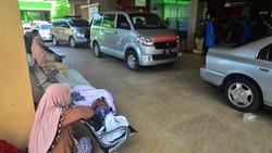 Kasus COVID-19 melonjak di Kudus, Jawa Tengah. Akibatnya, sejumlah pasien harus antre di rumah sakit untuk dapat masuk IGD RSUD Dr. Loekmono Hadi.