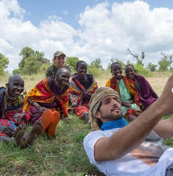 Pangeran Hamdan bin Mohammed Al Maktoum atau dikenal dengan Fazza membagikan selfienya di Instagram dengan Suku Masaai.