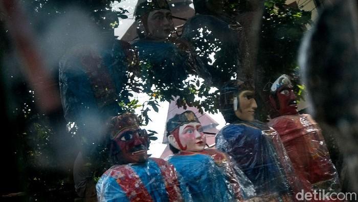 Ondel-ondel dikenal sebagai ikon Kota Jakarta. Tak heran, miniatur ondel-ondel kerap dijadikan buah tangan saat kunjungi Ibu Kota. Seperti apa pembuatannya?