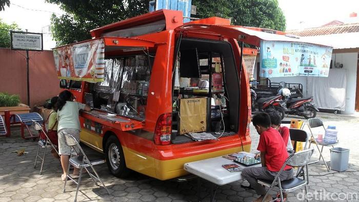 Layanan perpustakaan dan intenet gratis diberikan oleh mobil internet dan layanan kewilayahan (Monika). Layanan ini diberikan untuk para siswa di Kota Yogyakarta.