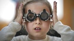 Pemeriksaan mata rutin direkomendasikan sejak masa bayi, tetapi banyak anak di pedesaan miskin Rumania tidak pernah diperiksa oleh dokter mata.