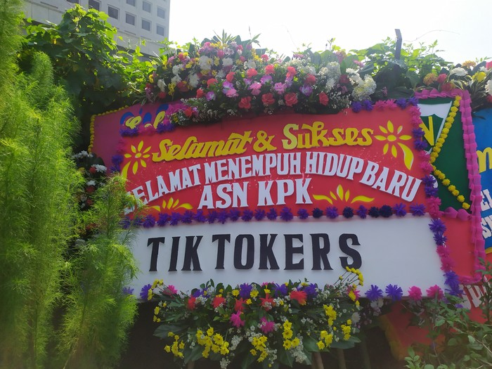 Karangan bunga di depan Gedung KPK