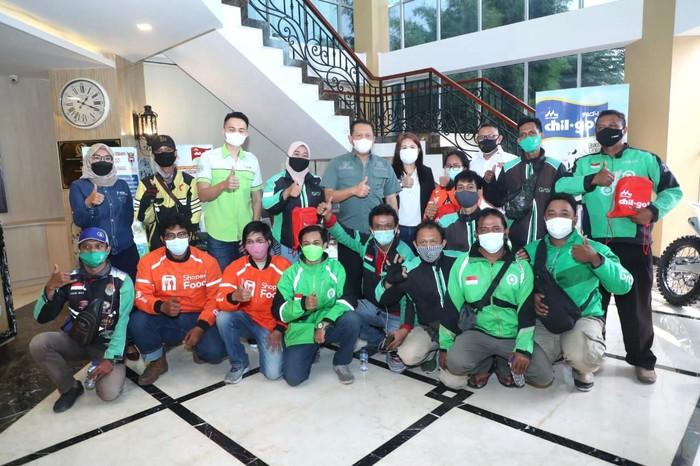 Bambang Soesatyo menyerahkan paket bantuan susu dari KALBE Nutritionals untuk 1.500 pengemudi ojek online (ojol) di wilayah Jakarta yang memiliki anak berusia 1-5 tahun.