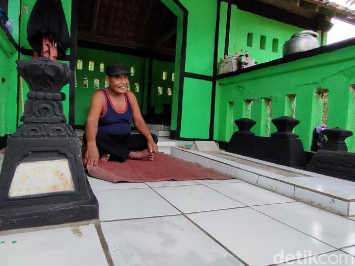 Mbah Waluyo, tinggal di tengah pemakaman umum Kulon Progo, Rabu (2/6/2021).