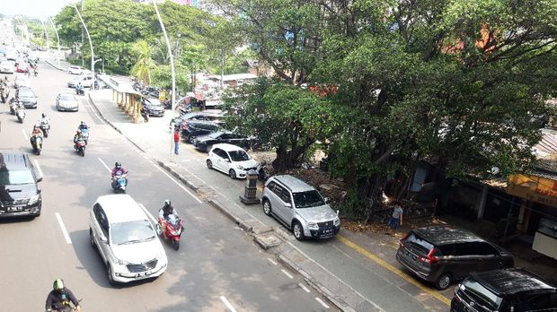 Mobil parkir di trotoar depan Halte TransJakarta Kayu Putih Rawasari.