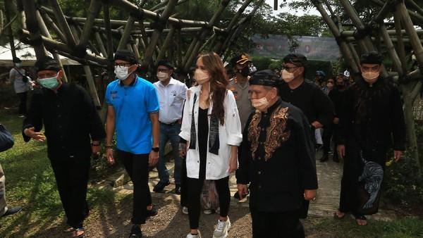 Menteri Pariwisata dan Ekonomi Kreatif Sandiaga Uno bersama Cinta Laura mengunjungi Desa Wisata Cibuntu, Kabupaten Kuningan, Jawa Barat, Senin (31/05/2021).