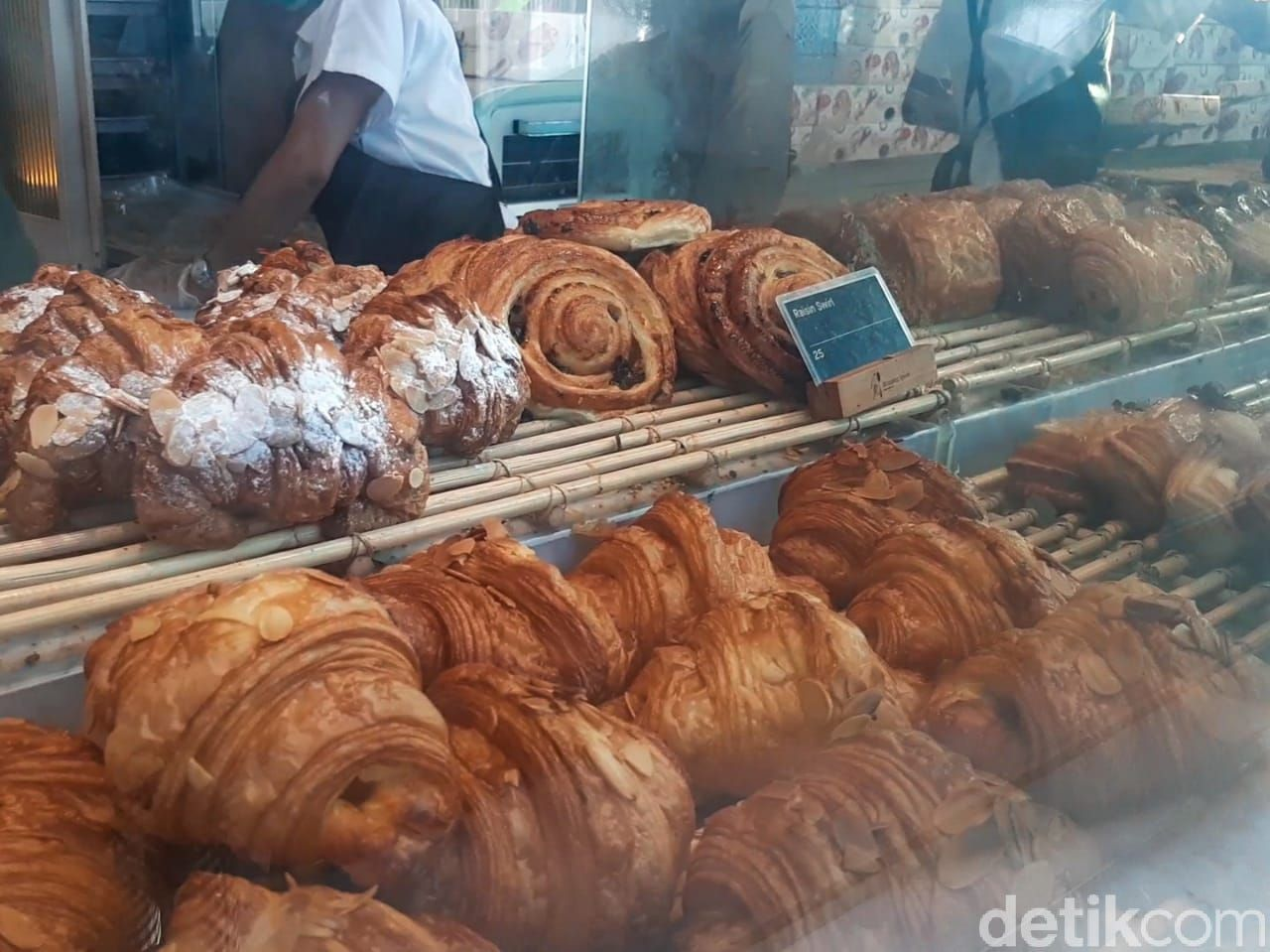 Monsieur Spoon buka di Jakarta. Berlokasi di Urban Farm PIK Unit 5. Menawarkan beragam croissant dan pastry khas Prancis yang enak.