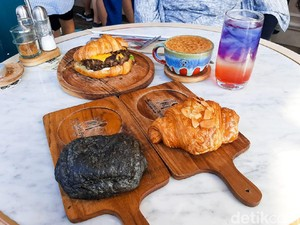 Monsieur Spoon: Krenyes Legit Almond Croissant Buatan Bakery Hits di PIK