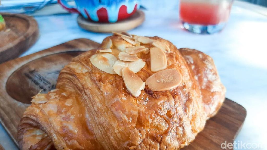 Sarapan Almond Croissant dan Creme Brulee Latte Nikmat di Monsieur Spoon