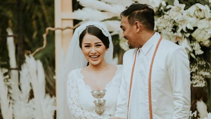 Mutia Ayu dan Glenn Fredly menikah