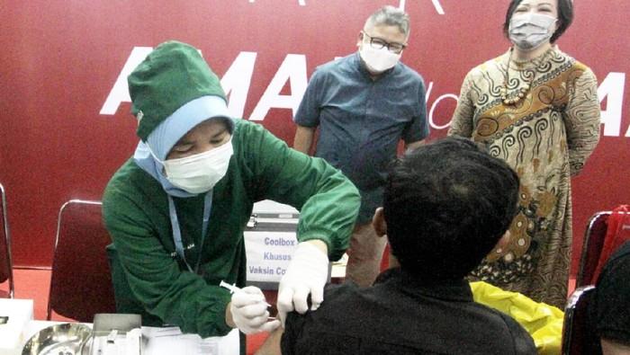 Para pelaku usaha di Mall Thamrin City disuntik vaksin COVID-19. Vaksinasi ini bertujuan untuk memberikan kenyamanan pada pedagang dan pembeli.