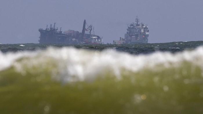Kapal MV X-Press Pearl tenggelam di lepas pantai barat Sri Lanka. Kapal kargo yang mengangkut puluhan ton bahan kimia itu sebelumnya terbekar beberapa hari lalu