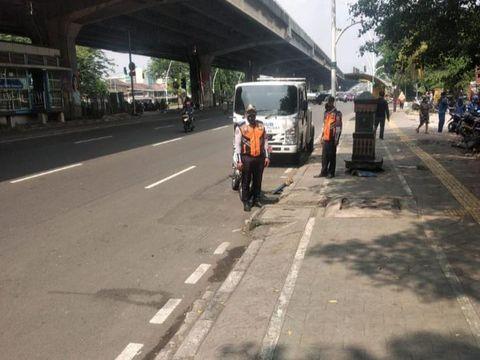 Petugas Dishub razia di depan Halte TransJakarta Kayu Putih Rawasari.