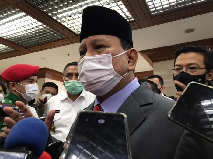 Menhan Prabowo Subianto usai rapat kerja dengan Komisi I DPR, di kompleks parlemen, Senayan, Jakarta, Rabu (2/6/2021).