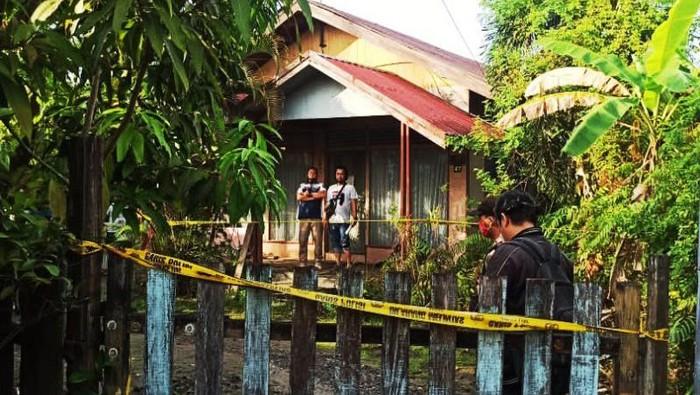 Rumah tempat kejadian perkara dipasang garis polisi di mana ditemukan wanita tanpa kepala dan busana diduga korban pembunuhan. (ANTARA/Gunawan Wibisono)