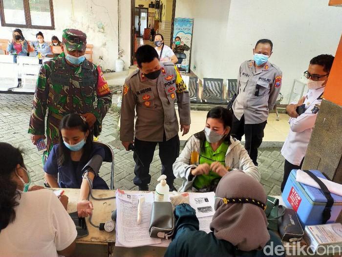 Pemkot Surabaya melakukan vaksinasi COVID-19 kepada karyawan Rekreasi Hiburan Umum (RHU). Mereka yang divaksin telah lolos asesmen dari Satgas COVID-19 setempat.