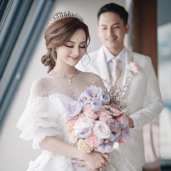10 Foto Pernikahan Viral Beauty Vlogger, Maharnya Saham 305 Lot