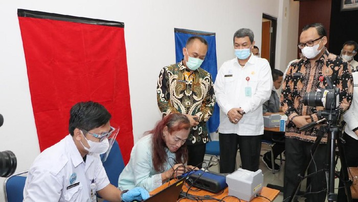 Dukcapil memberikan layanan perekaman KTP elektronik kepada para transgender, Tangsel, Rabu (2/6/2021).