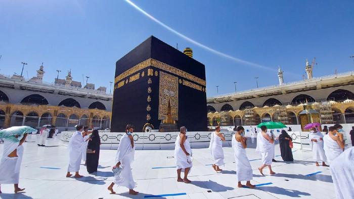MECCA, SAUDI ARABIA , OCTOBER 22, 2020 - Pilgrims circle the Kaaba in Masjid al-Haram - umrah Fewer Muslims people Socially Distanced corona virus wearing face mask