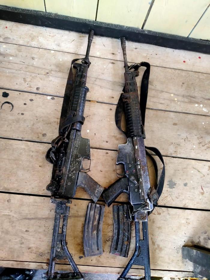 2 senpi dan magasin inventaris Polsubsektor Oksamol ditemukan di rumah singgah KKB (dok Polda Papua)