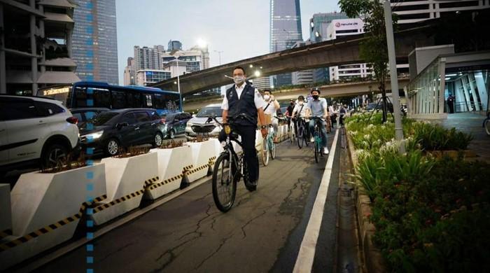 Anies bike to home dari Balai Kota DKI (Foto: Instagram Anies)