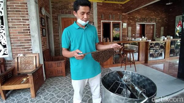 Proses pembuatan madu juga diperlihatkan. Selesai edukasi pengunjung juga akan diberi tester-tester madunya. Kalau memang mau konsumsi madu, mereka akan langsung beli. (Eko Susanto/detikTravel)